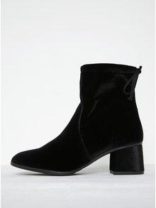 Černé sametové kotníkové boty na podpatku Tamaris