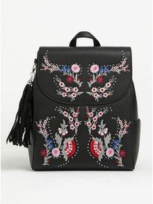 Černý koženkový batoh s výšivkou Miss Selfridge