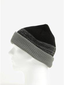 Sivo-čierna chlapčenská čiapka s nášivkou 5.10.15.