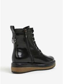 Čierne lesklé členkové topánky na platforme Tamaris