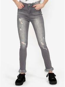 Šedé skinny džíny s vyšisovaným a potrhaným efektem MISSGUIDED