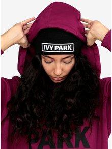 Černá čepice s výšivkou loga Ivy Park