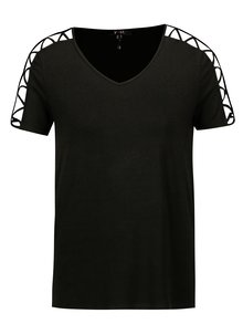 Čierne tričko s prestrihmi na ramenách a rukávoch Yest