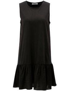 Čierne voľné šaty s volánom Moss Copenhagen