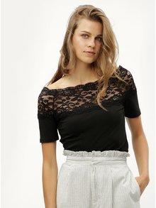 Černé tričko s krajkovým sedlem Jacqueline de Yong Domino