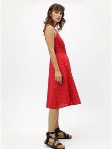 Červené šaty na ramienka s madeirou M&Co