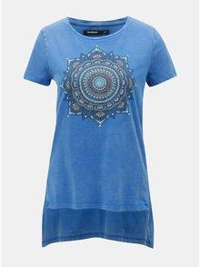 Tricou albastru cu tiv asimetric si print Desigual
