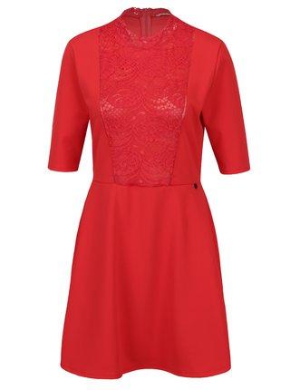 Červené šaty s krátkym rukávom a čipkovanými detailmi Rich & Royal