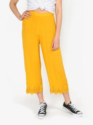 Hořčicové volné kalhoty s krajkovými lemy Miss Selfridge