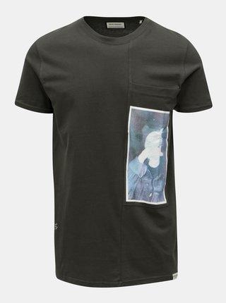 Tricou gri inchis cu print si buzunar la piept Shine Original