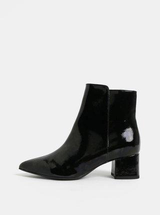 Čierne lesklé členkové topánky na nízkom podpätku Tamaris