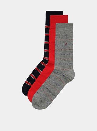 Darčekové balenie troch párov pánskych ponožiek v sivej, červenej a modrej farbe Tommy Hilfiger