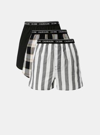Sada tří vzorovaných trenýrek v šedé, bílé a černé barvě Calvin Klein Underwear