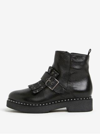 Čierne kožené členkové topánky s prackou a strapcami Tamaris
