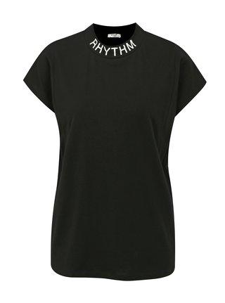 Černé volné tričko se stojáčkem a bílým potiskem Moss Copenhagen Musta