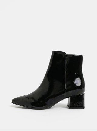 Černé lesklé kotníkové boty na nízkém podpatku Tamaris