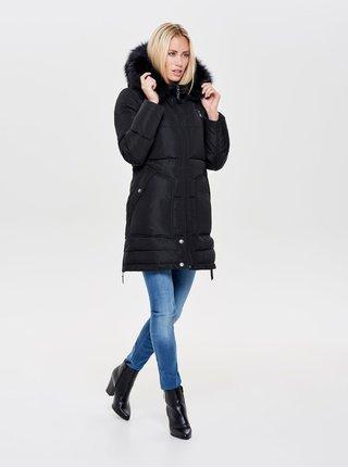 Čierny prešívaný zimný kabát s umelou kožušinkou ONLY Saga
