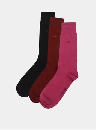 Balenie troch párov pánskych ponožiek v čiernej, ružovej a vínovej farbe v darčekovej škatuľke Calvin Klein Jeans