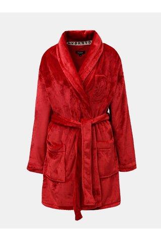 Červený župan s vyšitým logem na zádech DKNY
