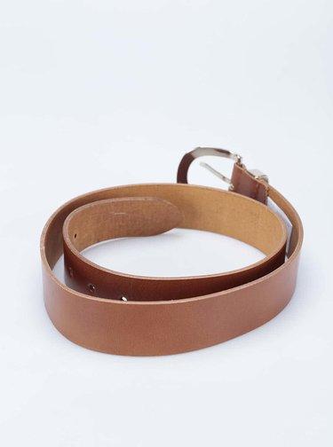 Hnědý kožený pásek se sponou ve zlaté barvě New Look