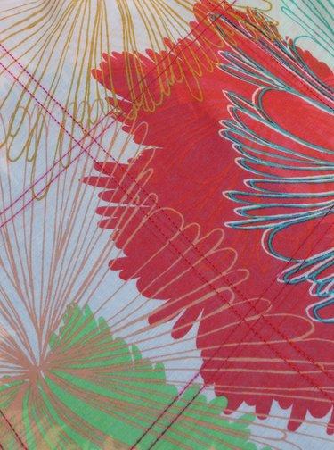 Svetloružová vzorovaná šatka Desigual Flowers