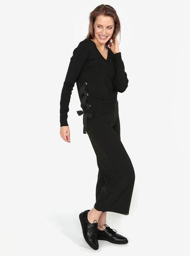 Čierny sveter s véčkovým výstrihom a šnurovaním VERO MODA Babetta