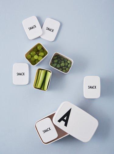 Bílý svačinový box Design Letters