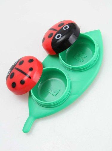 Zeleno-červené pouzdro na kontaktní čočky Kikkerland Ladybug