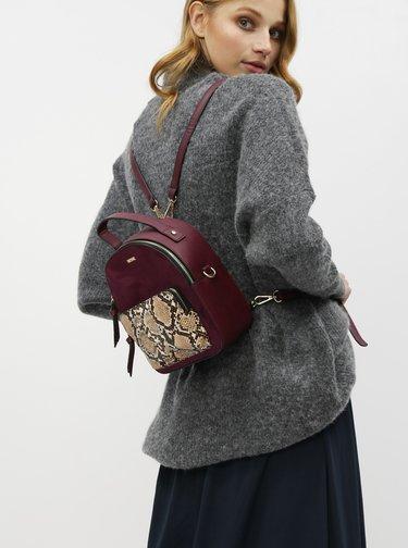 Vínový elegantný batoh s hadím vzorom a detailmi v semišovej úprave Bessie London