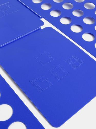 Modrá pomôcka na skladanie oblečenia Kikkerland