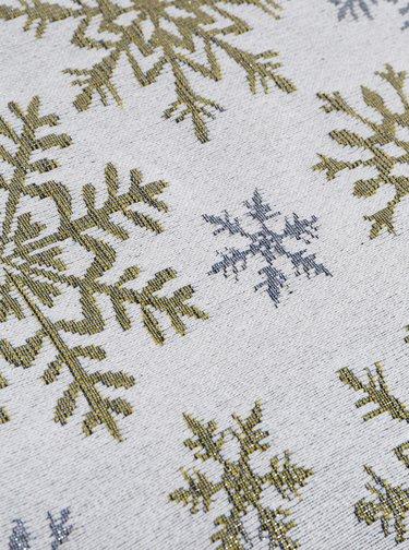 Světle šedý běhoun s vánočním motivem Dakls