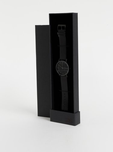 Hodinky s černým koženým páskem BeWooden
