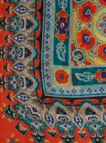 Červený vzorovaný šátek Pieces Jubii