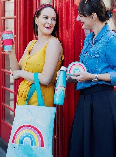 Modrý vzorovaný cestovní hrnek Sass & Belle Chasin Rainbows