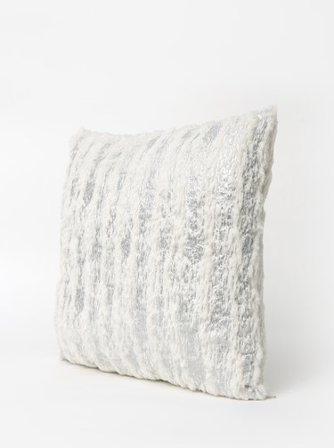 Vzorovaný polštář ve stříbrné barvě Dakls