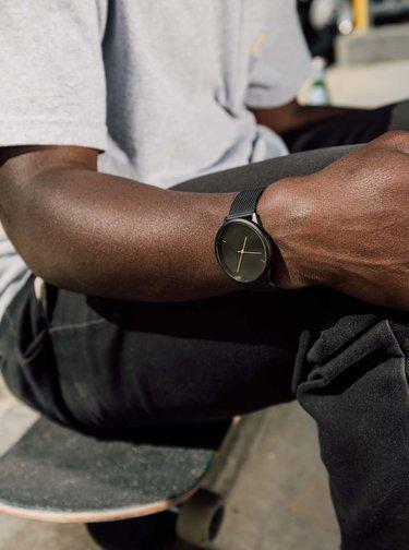 Čierne hodinky s nerezovým remienkom CHPO Nando