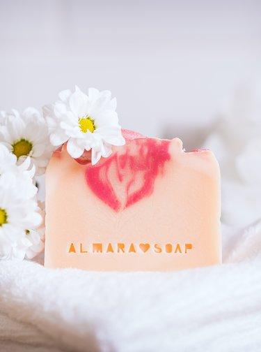 Mýdlo s vůní květin Almara Soap Opojný zimolez