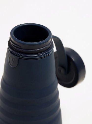 Tmavomodrá cestovná skladacia fľaša Stojo 590 ml