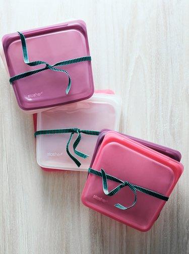 Světle růžový silikonový sáček na potraviny Stasher Sandwich 450 ml