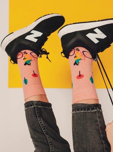 Růžové vzorované ponožky Fusakle Cyklistka ve městě