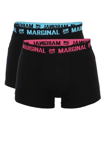 Sada dvoch červených boxeriek s ružovým a modrým nápisom Marginal