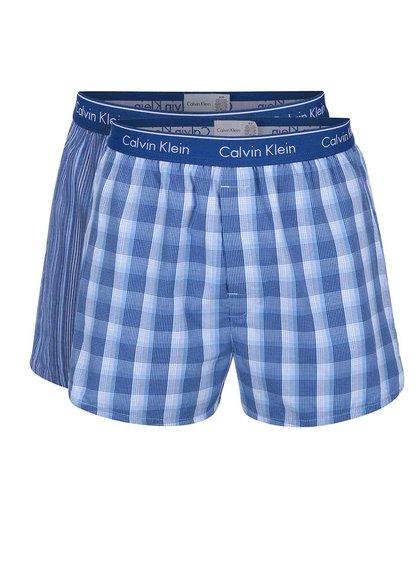 Sada dvou bílo-modrých vzorovaných trenýrek Calvin Klein