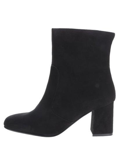 Čierne semišové členkové topánky na podpätku Tamaris