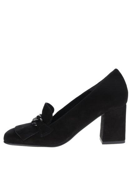 Černé kožené boty na podpatku v semišové úpravě s kovovým páskem Tamaris