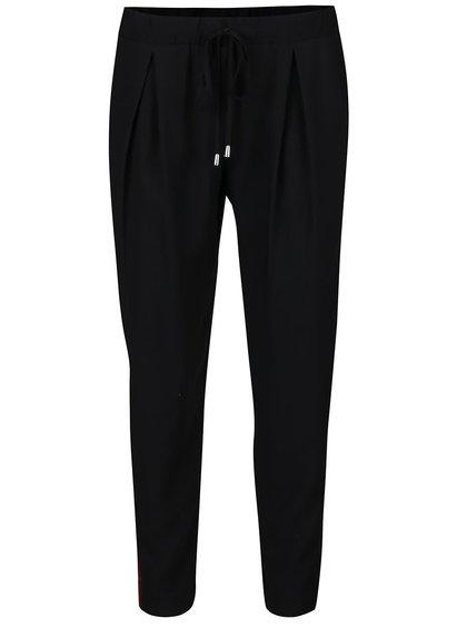 Pantaloni negri cu detalii roșu Bordeux și pliuri Miss Selfridge