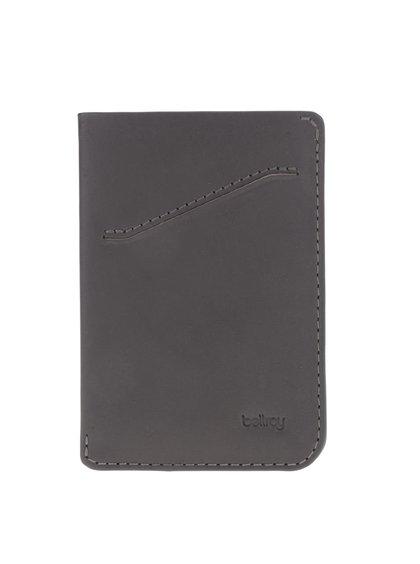 Tmavě šedé kožené pouzdro na karty Bellroy Card Sleeve