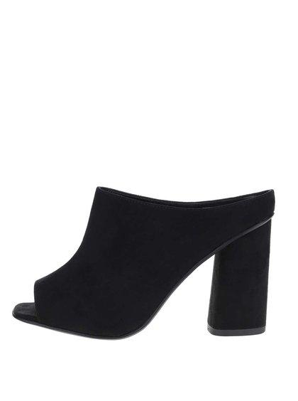 Černé pantofle v semišové úpravě na podpatku Miss Selfridge