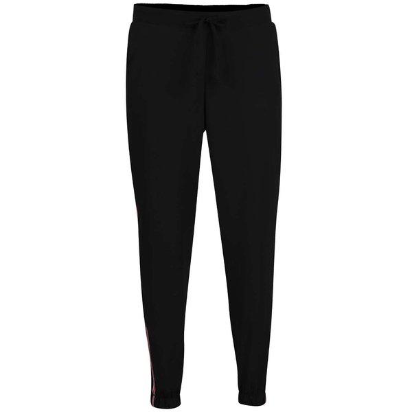 Pantaloni sport negri Hailys Jana cu detaliu roșu