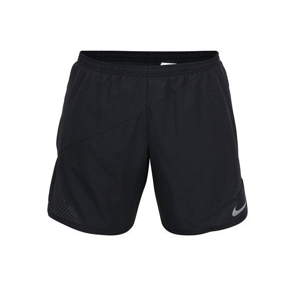 pantalini scurti negri cu perforatii Nike Distance de la Nike in categoria Blugi, pantaloni, pantaloni scurți