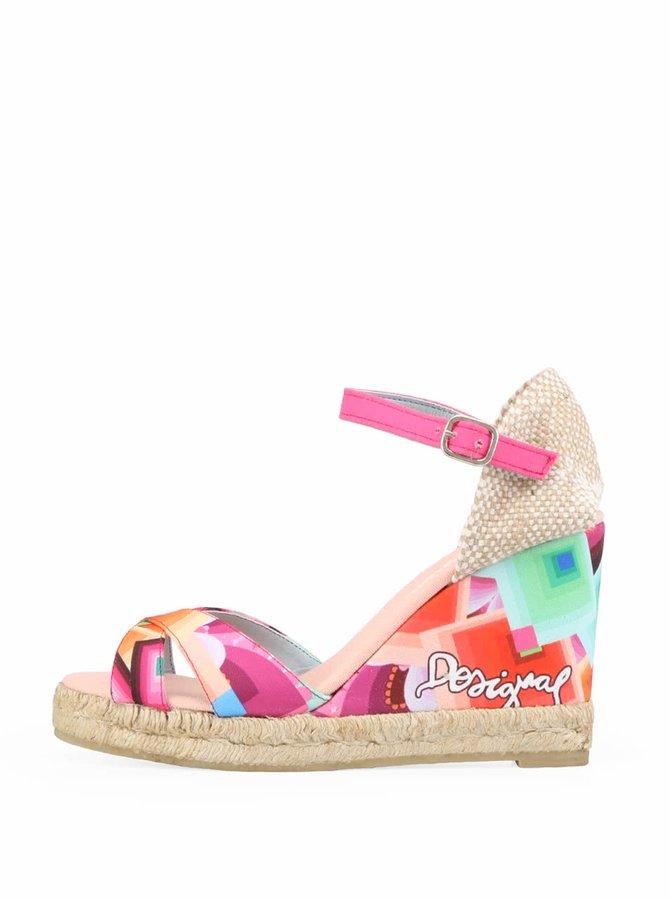 Pestrobarevné sandálky Desigual na klínku